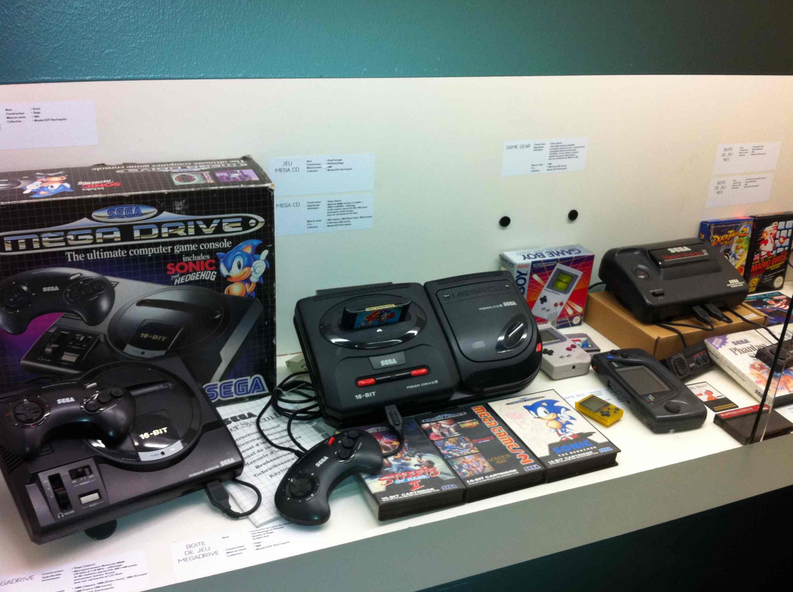 Ancienne console Sega Megadrive au Museo Games
