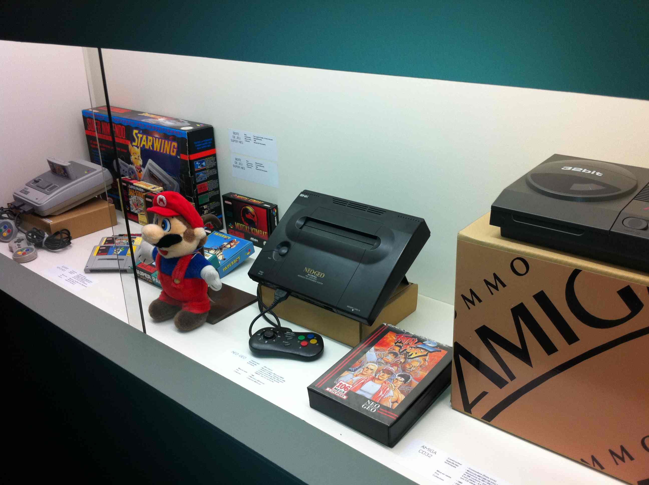 Ancienne console NeoGeo et Super nintendo au Museo games