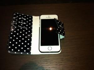 Photo de la Housse iPhone 5S Tuff Luv Polka Hot – Noire : Blanche - ouverte